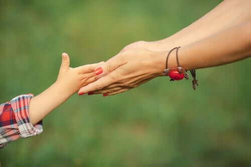 Äidin ja tyttären kädet