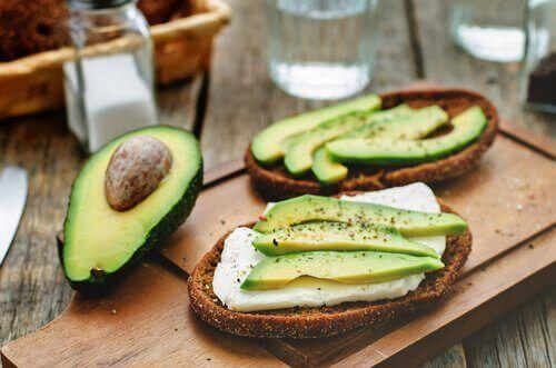 Oreganolla maustettu vegaanijuusto sopii hyvin leivän päälle