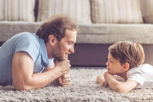 Isä ja poika kommunikoivat.