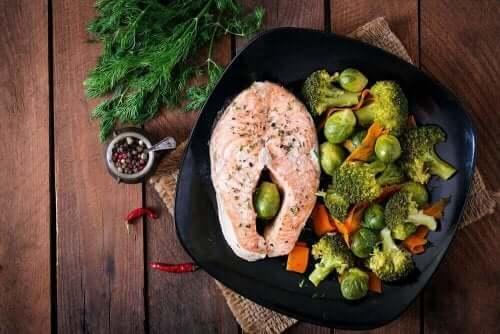 Paleoruokavalio pohjautuu jalostamattomiin ruoka-aineisiin.