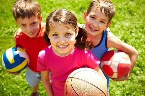 Lapset ja pallot.