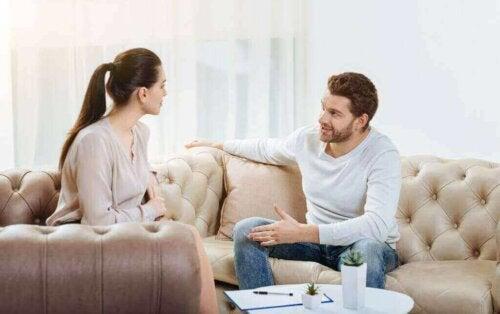 Hyödyntääksemme minä-viestejä meidän on asetettava etusijalle sanojen ja tunteiden ilmaiseminen omasta näkökulmastamme