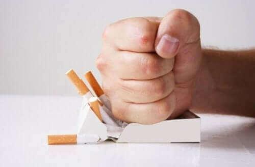 Tupakanpolton lopettamisessa voi kokeilla erilaisia luontaishoitoja nikotiiniriippuvuuteen