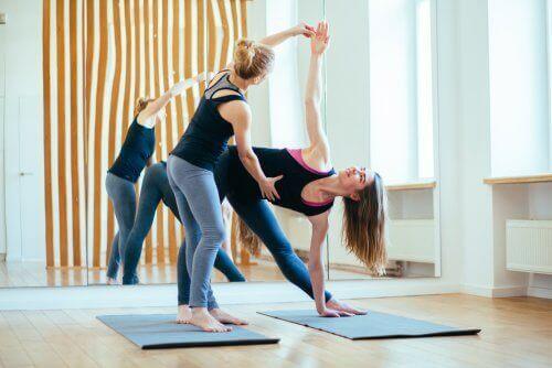 Erilaiset joogat ovat nivelystävällisiä liikuntalajeja