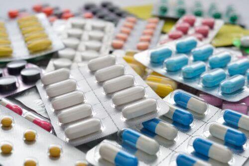 Selkärankareumaa hoidetaan mm. lääkkeillä.