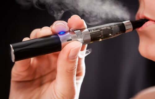Yhteiskunta on pyrkinyt sähkösavukkeiden avulla löytämään vaihtoehtoisia menetelmiä tupakanpoltosta syntyvien vahinkojen vähentämiseksi