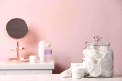 Kylpyhuoneen järjestäminen purkkien avulla