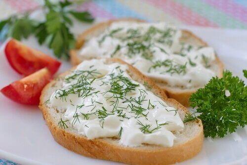 Vegaanijuustoa voi nauttia leivän päällä