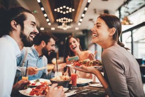 Ulkona syöminen ja terveellisyys voi usein tuntua mahdottomalta yhdistelmältä, koska ravintoloiden ruokalistalta löytyy paljon kaloripitoisia ja epäterveellisiä vaihtoehtoja