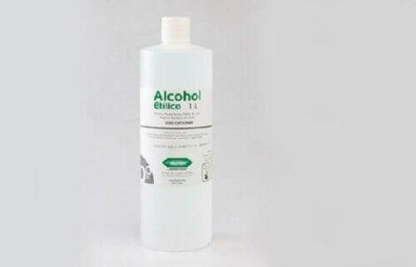 Alkoholia voi käyttää öljytahrojen puhdistamiseen vaatteesta