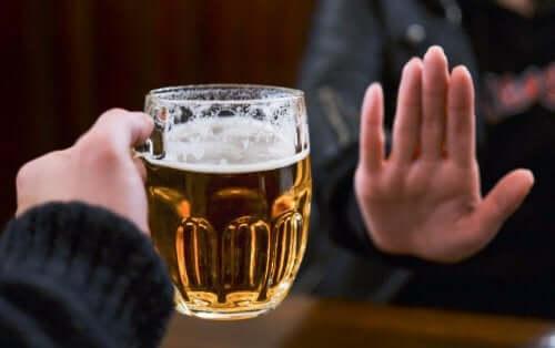 Psoriasiksen oireiden hallitsemiseksi kannattaa alkoholi jättää juomatta.