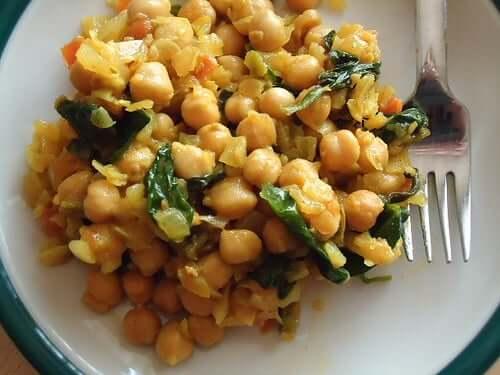 Voit kokeillä lisätä tätä kikhernecurrya basmati-riisillä myös perheen pienempien ruokavalioon, sillä aterian ravintoarvo on ainesosiensa ansiosta todella monipuolinen