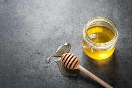 Sitruuna on lähes välttämätön lisä hunajalle, koska se omaa erinomaisen antibakteerisen vaikutuksen