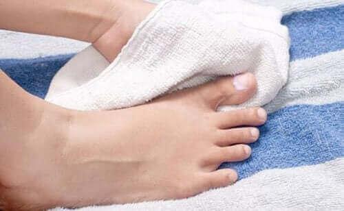 Sisäänkasvaneen kynnen ehkäisy: kuivaa jalat hyvin.