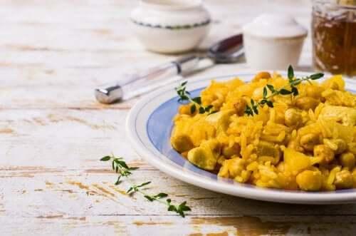 Kasvipohjaisten ja maidottomien ainesosiensa ansiosta kikhernecurry basmati-riisillä sopii loistavasti myös vegaaneille ja kasvissyöjille