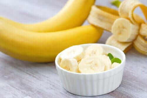 Herkullinen kookosjäätelö banaanilla.