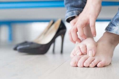 Sisäänkasvaneen kynnen ehkäisy: älä käytä korkokenkiä.