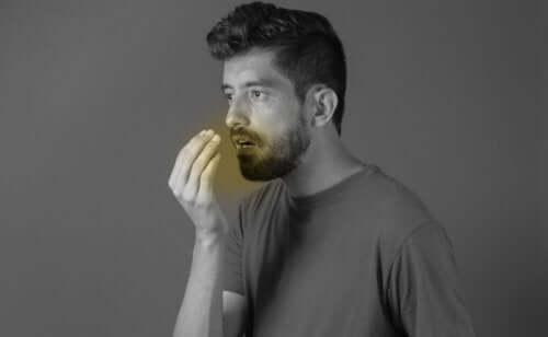 Ketogeeninen dieetti voi aiheuttaa henkilöllä pahanhajuista hengitystä, joka johtuu ketoositilassa olevassa elimistössä vapautuvista ketoaineista