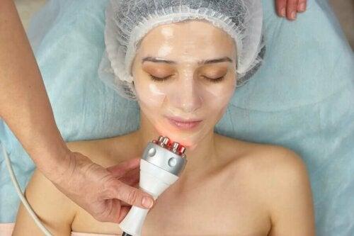 Ennen hoidon aloittamista on tärkeää, että iho on puhdistettu kunnolla, sillä rasva ja meikki voivat häiritä radiofrekvenssin luomaa energiaa