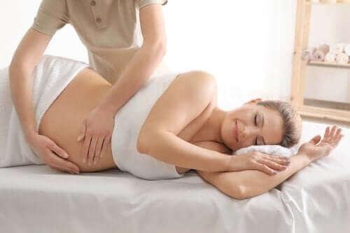 Hierontaa raskaana olevalle naiselle.