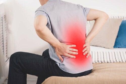 Yksi munuaistulehduksen pääasiallisista oireista on syvä ja jatkuva selkäkipu sekä kipu ja polttelu virtsatessa