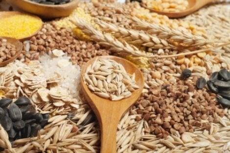 Täysjyvästä valmistetut tuotteet tarjoavat suuremman määrän kuitua kuin valkoisista ja puhdistetuista jauhoista valmistetut tuotteet