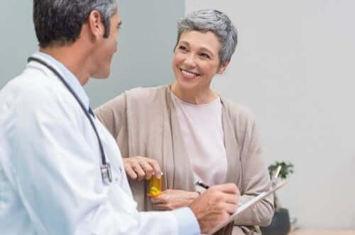 Vaihdevuosien alkaessa naisen estrogeenin tuotanto vähenee äkillisesti, mikä puolestaan johtaa huomattaviin muutoksiin ympäri kehoa