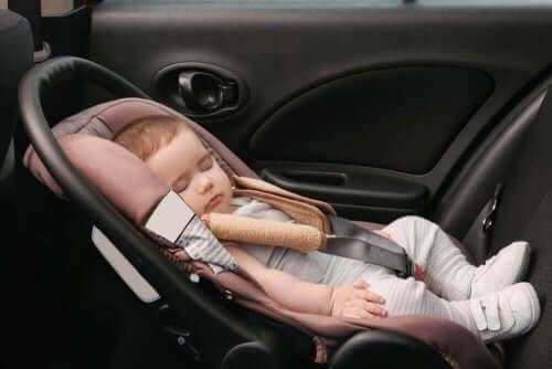 Deformaation aiheuttama plagiokefalia syntyy, jos vauvan pää on aina kallellaan samalle puolelle.
