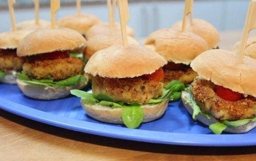 Vegaaniset burgerpihvit voi syödä hampurilaissämpylän välissä tai sellaisenaan