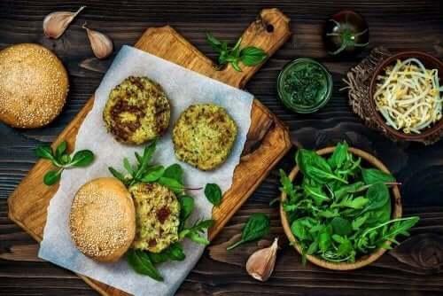 Vegaaniset burgerpihvit valmistuvat helposti kasviksista