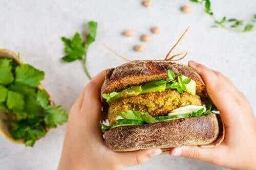 Vegaaniset burgerpihvit: kaksi maukasta vaihtoehtoa