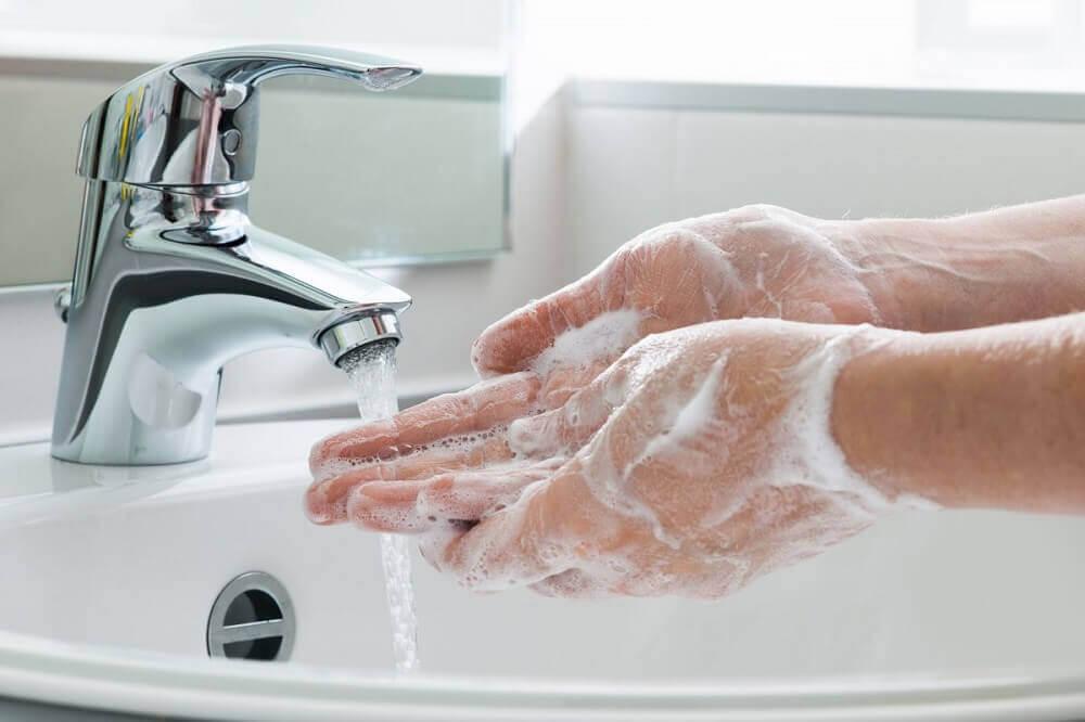 Pese kädet erityisen hyvin koronavirustartunnan välttämiseksi.