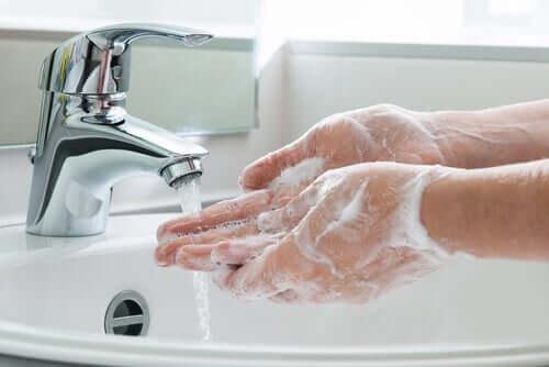 Pese kädet huolellisesti COVID-19 -virustartunnan torjumiseksi.