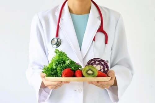 Lääkärillä on hedelmätarjotin.