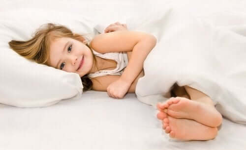 """Unissakävely on yleisempi ilmiö lapsilla kuin aikuisilla, sillä lapsella NREM-unen vaihe on aikuista pidempi, jolloin myös """"heräämisellä"""" syvän unen aikana on suurempi todennäköisyys"""