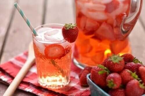 Hedelmänmakuiset vedet: mansikkajuoma.