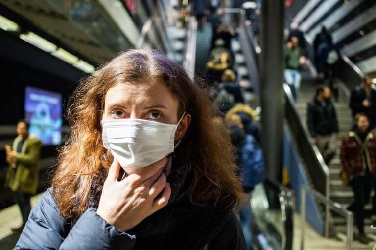 Kasvojen koskettelua tulisi välttää epidemia-aikana