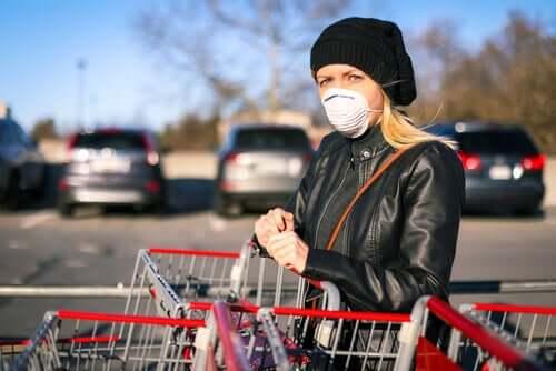 Hygieniatoimenpiteillä voidaan ehkäistä koronavirustartunta ostoksilla käydessä.