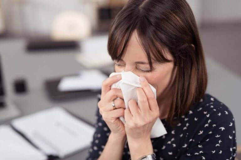 Puhtaan nenäliinan käyttö on esimerkki siitä, kuinka kasvojen koskettelua voi välttää paljain sormin