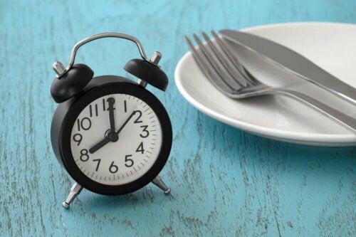 16/8 paasto koostuu 16 tunnin paastojakson suorittamisesta, jota seuraa 8 tunnin ajanjakso, jonka aikana ruoan nauttiminen on sallittua