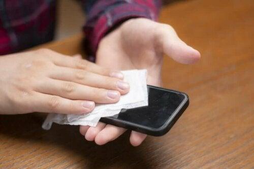 Näin puhdistat kännykän koronaviruksen leviämisen estämiseksi