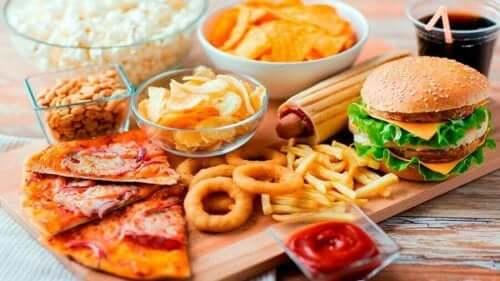Pitkälle jalostetuissa ruoissa on paljon lisäaineita