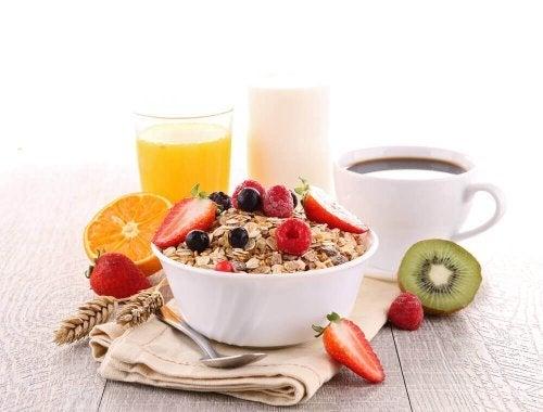 Terveellinen aamiainen sisältää tuoreita ja lisäaineettomia ruokia