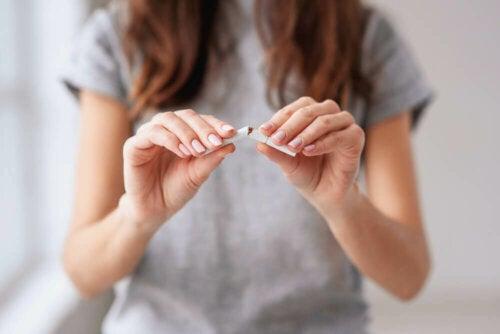 Tupakasta irti pääseminen on prosessi, jossa voidaan hyödyntää kuusivaiheista transteoreettista muutosvaihemallia