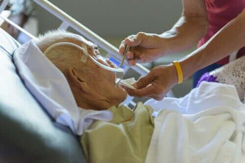 Vanhukset kuuluvat koronaviruksen riskiryhmiin