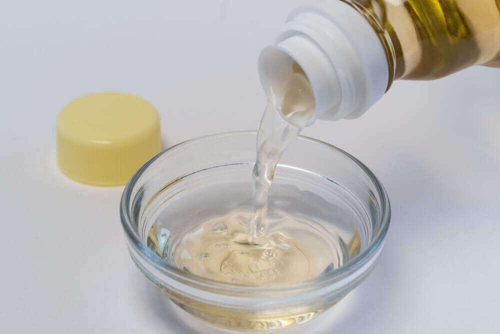 Koronavirusharhat: suun kurlaaminen etikalla ja suolalla ehkäisee koronavirustartuntaa.