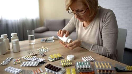 Nainen lajittelee lääkkeitä.