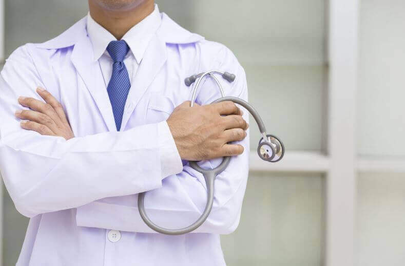 Lääkäri ja stetoskooppi.