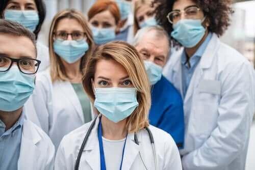 Terveydenhuollon työntekijöitä kasvomaskeineen.