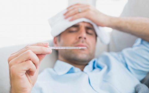 Miehellä on kuumetta.
